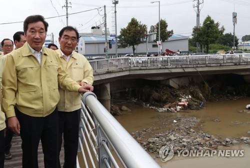 PM tours downpour-hit area