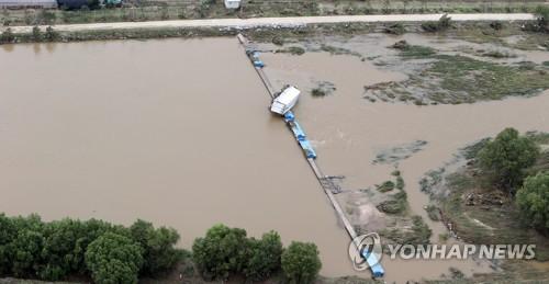 폭우 피해에 고꾸라진 화물차