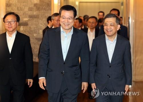 밝은 표정의 이용섭 부위원장과 권오현 부회장