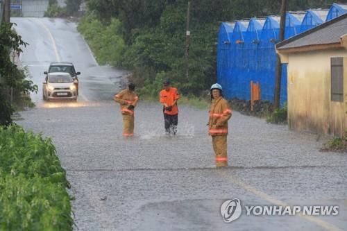 폭우에 물에 잠긴 도로