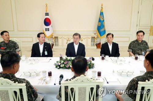 軍首脳部との昼食会で発言する文大統領(奥中央、青瓦台提供)=18日、ソウル(聯合ニュース)