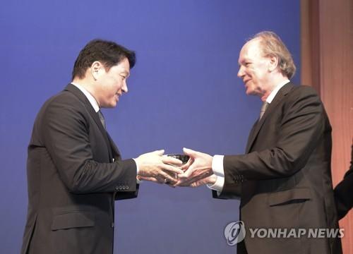 밴 플리트 상 수상하는 최태원 SK 회장
