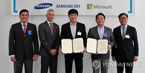 業務協定を結んだマイクロソフトとサムスンSDS(マイクロソフト提供)=25日、ソウル(聯合ニュース)