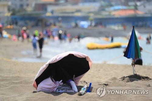 삼양 검은모래 해변 찜질[연합뉴스 자료사진]