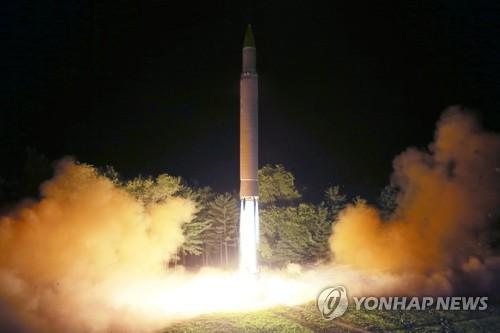 """据朝中社7月29日报道,朝鲜28日晚第二次成功试射了""""火星-14""""洲际弹道导弹。图为导弹发射场景。图片仅限韩国国内使用,严禁转载复制。(韩联社/朝中社)"""