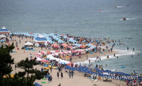 피서객으로 북적거리는 동해안 해수욕장