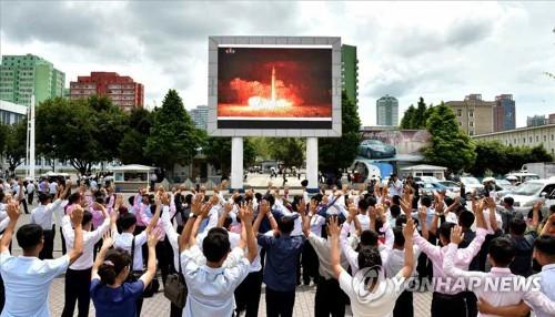 화성-14형 시험발사 환호하는 북한 주민들