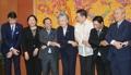 韩外长与东盟各国大使并排牵手