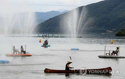 화천 쪽배축제 즐기는 관광객들 [연합뉴스 자료사진]