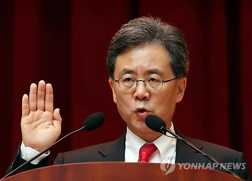 就任式で宣誓する金鉉宗氏=4日、世宗(聯合ニュース)