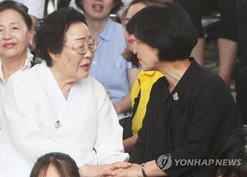 이용수 할머니와 이야기 나누는 추미애 대표