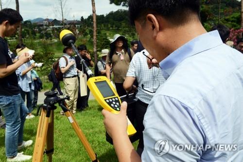 '사드 부지 전자파 측정중'
