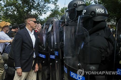 美 백인우월주의 단체 폭력시위…버지니아 비상사태 선포