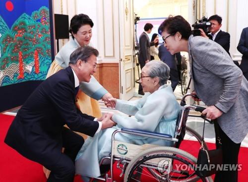 Le président Moon Jae-in et son épouse Kim Jung-sook accueillent le 14 août 2017 Kim Bok-dong victime de l'esclavage sexuel du Japon en temps de guerre au palais présidentiel
