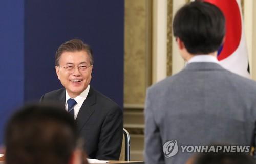 会見で笑顔を見せる文在寅大統領=17日、ソウル(聯合ニュース)