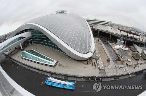 仁川国際空港第2旅客ターミナルの交通センター(左)=(聯合ニュース)