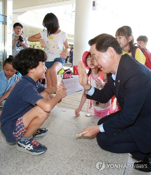 학생들과 하이파이브하는 김상곤 부총리