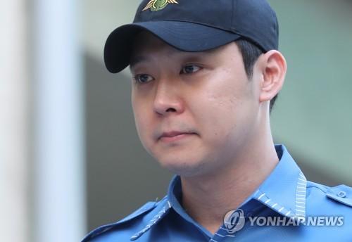 兵役の義務を終えたユチョンさん=25日、ソウル(聯合ニュース)