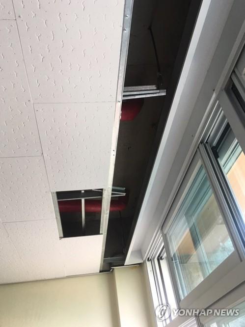 천장 마감재를 뜯어 놓은 교실 모습
