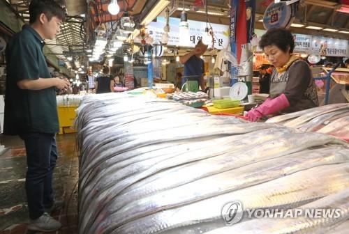 동문시장에서 갈치를 파는 모습[연합뉴스 자료사진]