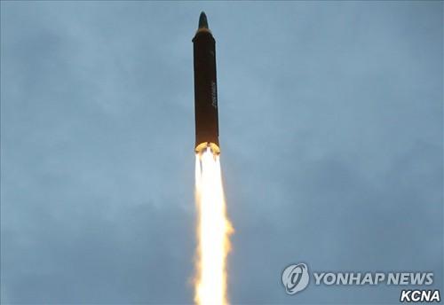 솟구치는 북한 '화성-12형'