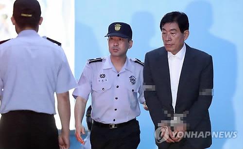 懲役4年の判決を受け、法廷で拘束された元世勲被告=30日、ソウル(聯合ニュース)