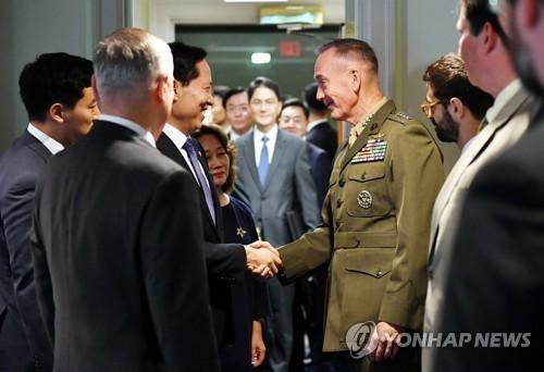 韩防长美联参议长握手