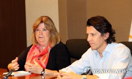 8月30日,在江原道平昌,林德伯格(左)和杜比接受韩联社记者采访。(韩联社)