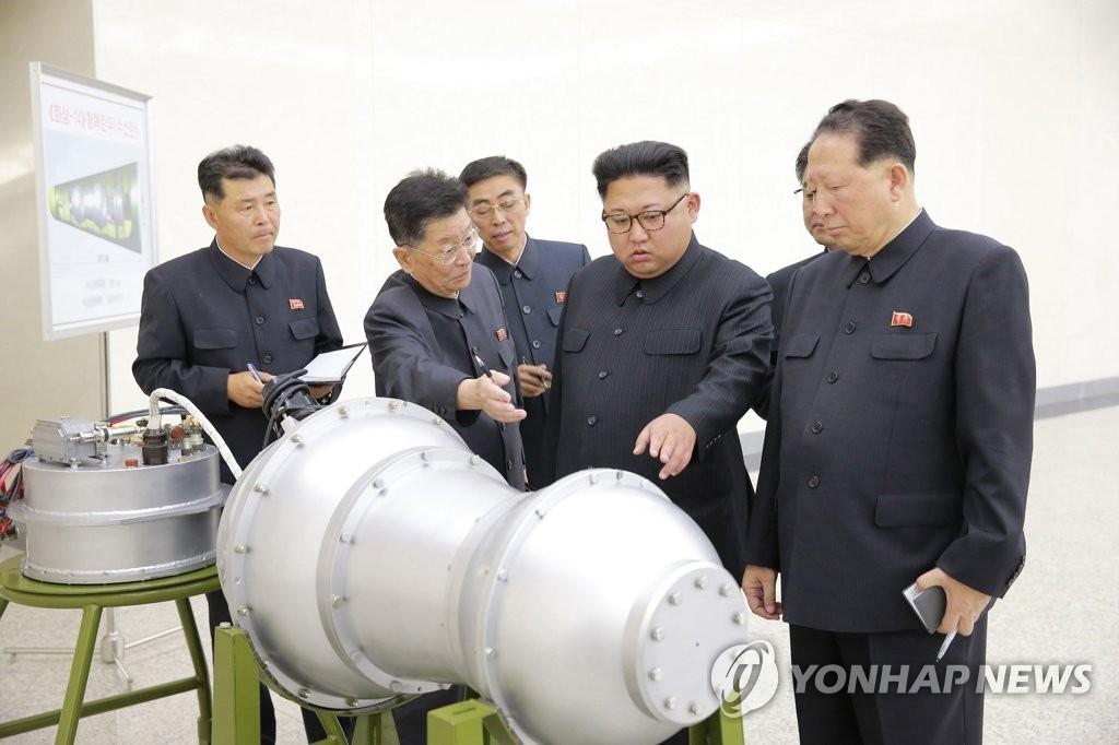 핵무기 병기화 사업 현지지도하는 김정은