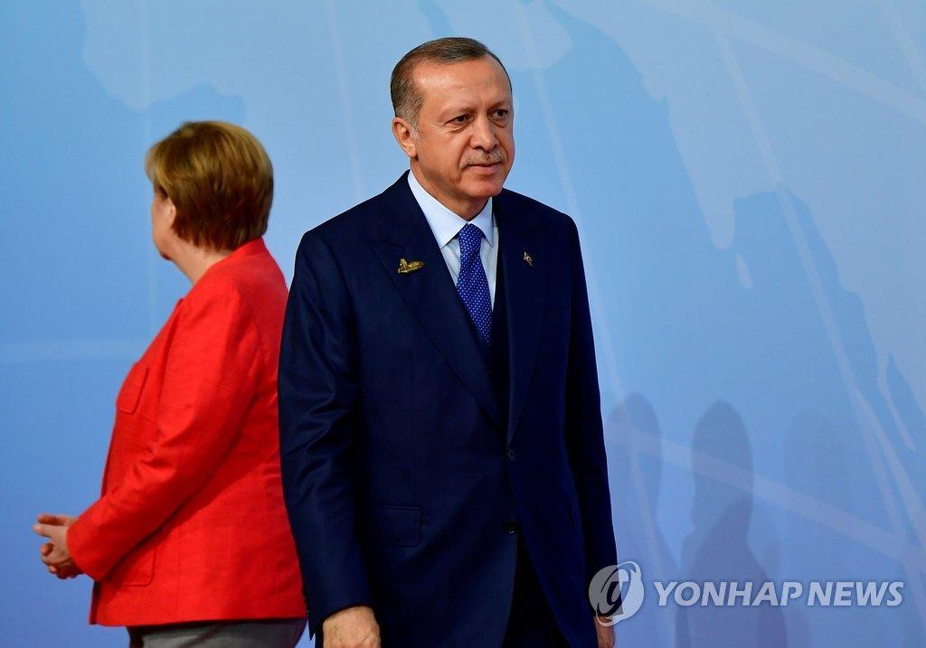 등돌린 메르켈 총리와 에르도안 대통령 [AFP=연합뉴스]