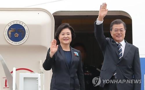 文大統領が18日、ニューヨークへ出発する。写真は今月上旬、ロシアへ出発する文大統領夫妻=(聯合ニュース)