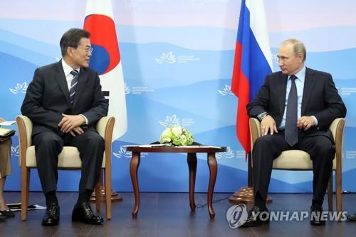 9月6日、ロシアで会談した文大統領(左)とプーチン大統領=(聯合ニュース)