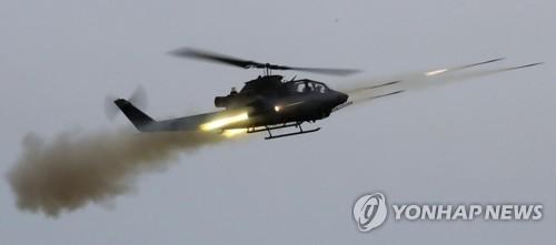 ロケット弾を発射する対戦車ヘリコプター=7日、白ニョン島(聯合ニュース)