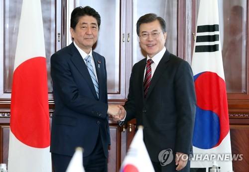 문재인 대통령-아베 일본 총리 '악수'