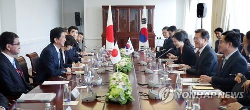 ロシアで行われた韓日首脳会談の様子=(聯合ニュース)