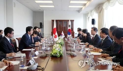 Le président Moon Jae-in et le Premier ministre japonais Shinzo Abe tiennent un sommet le jeudi 7 septembre 2017 à l'université fédérale d'Extrême-Orient à Vladivostok en Russie.