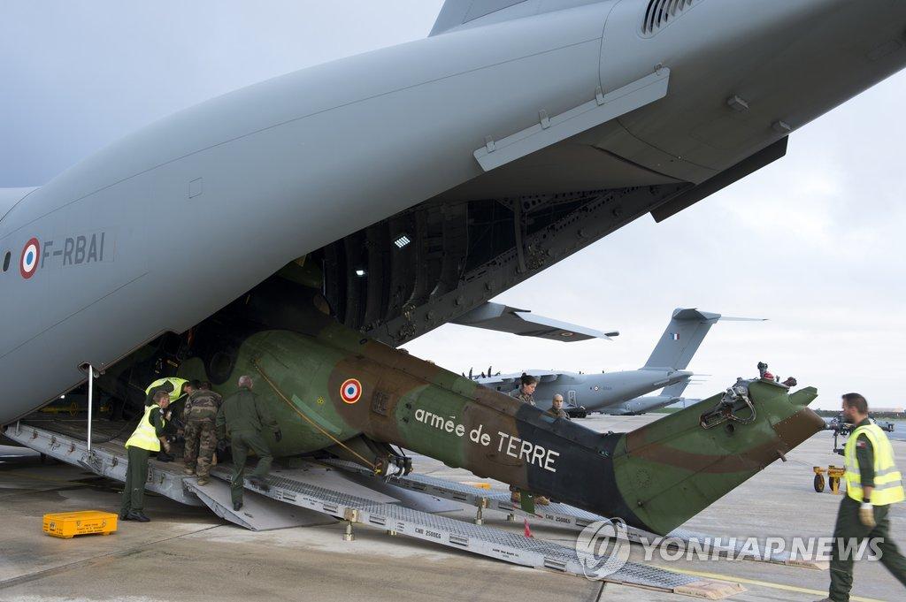 '어마' 프랑스령 구호 위해 수송되는 프랑스 헬기