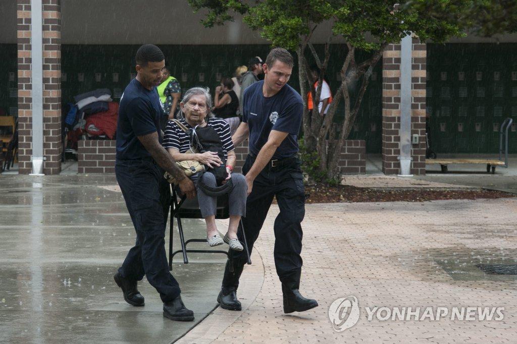 """미 상륙 '어마', 2등급 허리케인으로 약화…""""여전히 위험"""""""
