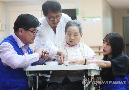 노인요양원 봉사활동 [연합뉴스 자료사진]