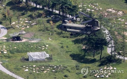 星州のTHAAD基地上空を飛ぶ米軍のヘリコプター=(聯合ニュース)