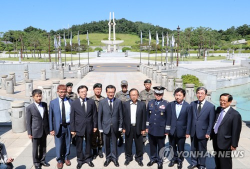 5·18민주묘지 방문한 국방부 특조위