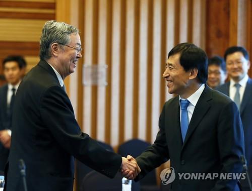 韩中央行行长握手
