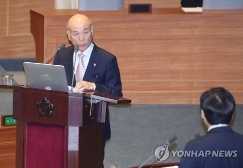 답변하는 이효성 방송통신위원장