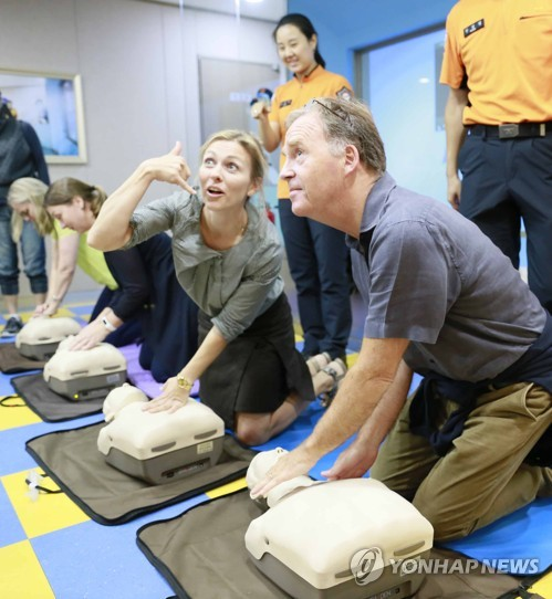 Norwegian envoy learns how to give artificial respiration