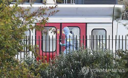출근길 런던 지하철열차서 폭발·화재 테러…30명 부상