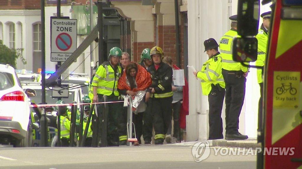 출근길 런던 지하철열차서 폭발·화재 테러…다수 부상