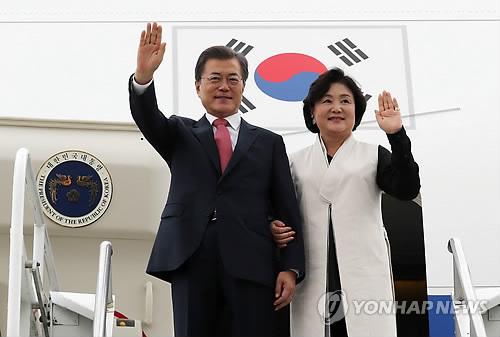 Le président Moon Jae-in et son épouse Kim Jung-sook arrivent à l'aéroport international JFK à New York le lundi 18 septembre 2017, afin d'assister à la 72e assemblée générale des Nations unies (ONU).