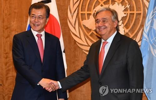 握手を交わす文大統領(左)とグテレス国連事務総長=18日、ニューヨーク(聯合ニュース)