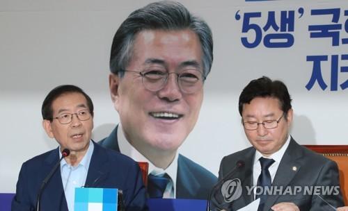 李明博元大統領の告訴・告発を表明する朴元淳氏(左)=19日、ソウル(聯合ニュース)