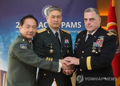 左から山崎幕僚長、金参謀総長、ミリー参謀総長(韓国陸軍提供)=19日、ソウル(聯合ニュース)